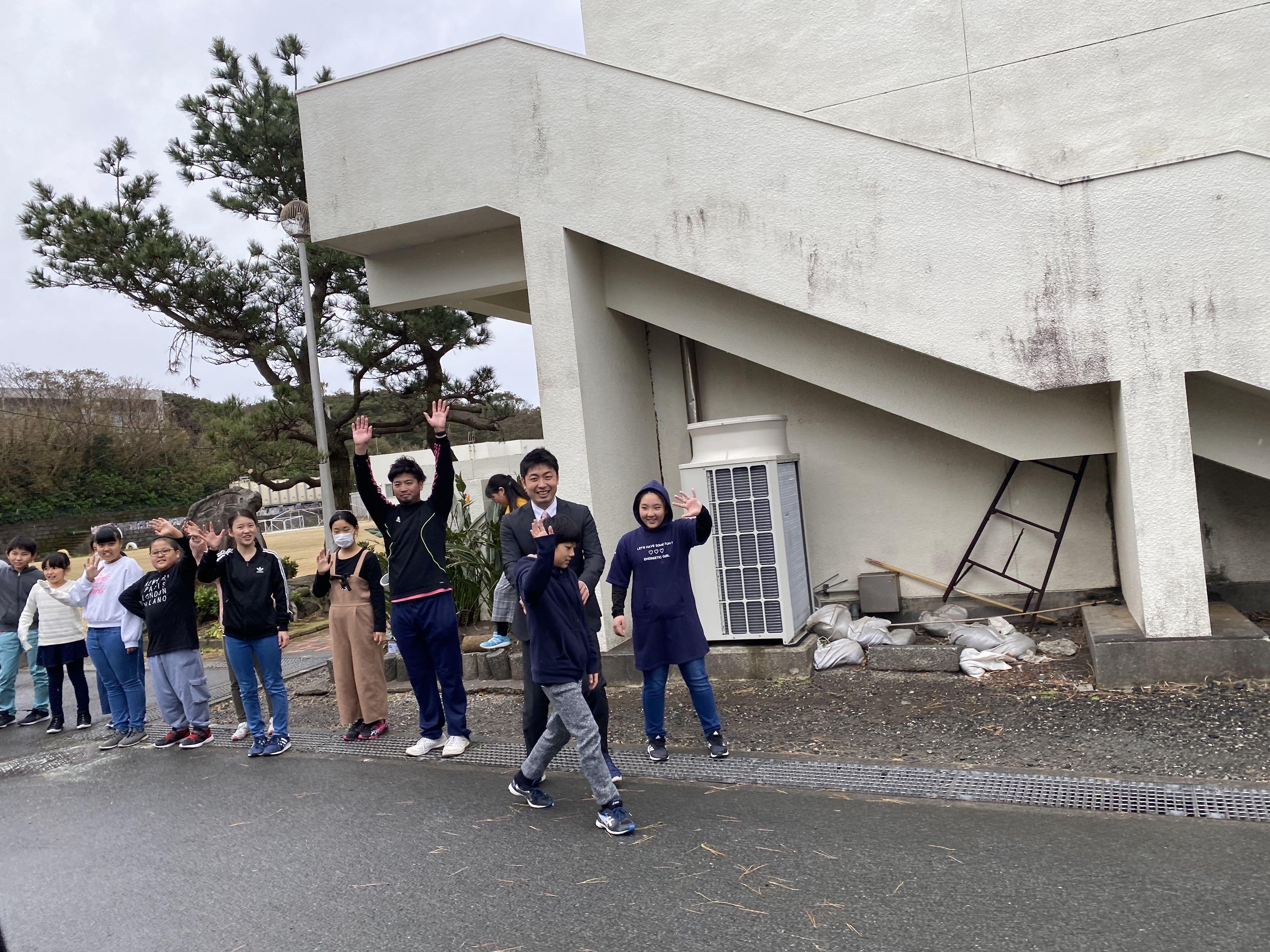 三宅島小学校を去る際に見送りしてくれる生徒と先生たち|bravesoft