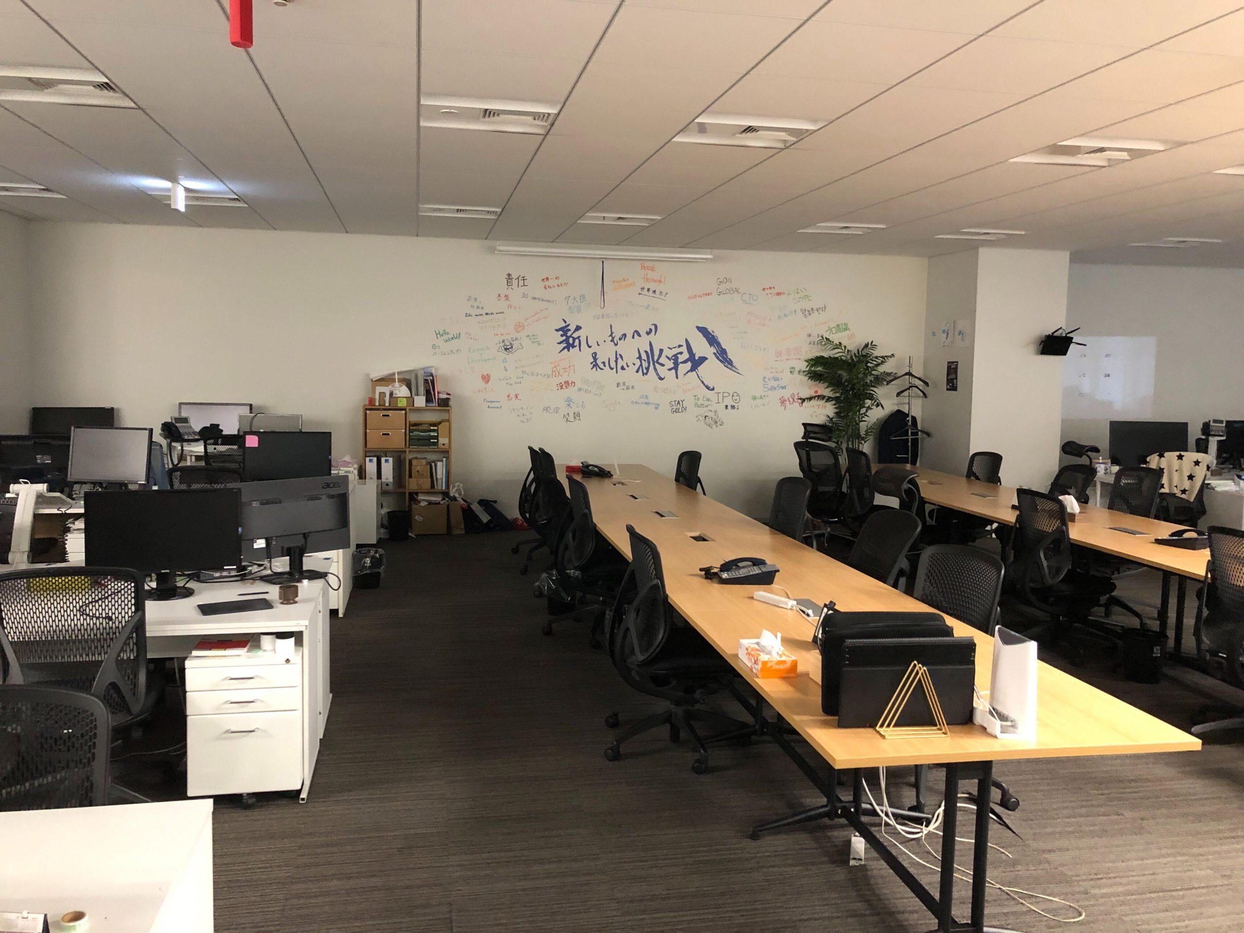 リモートワーク中のオフィス写真2