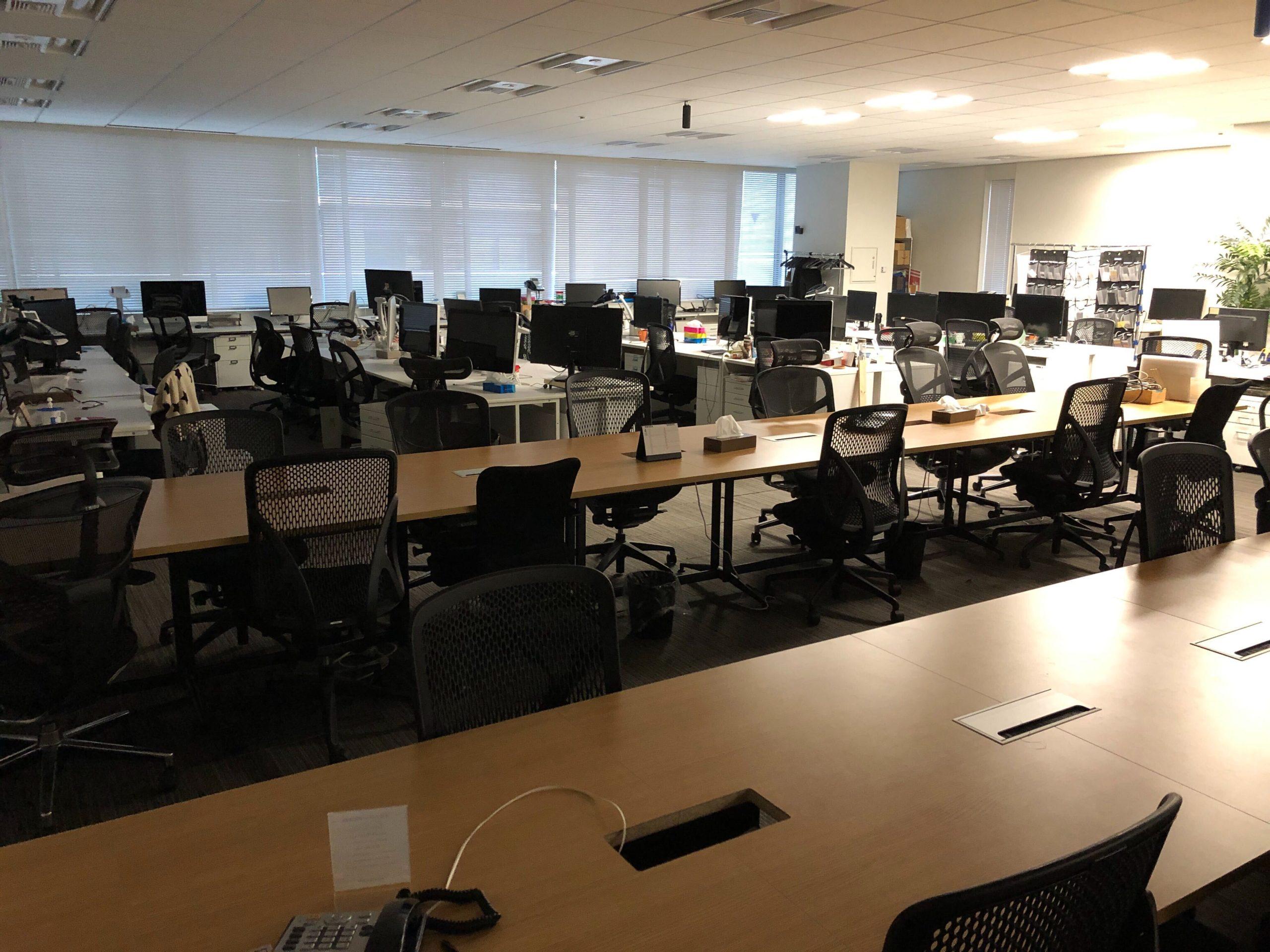 リモートワーク中のオフィス写真1
